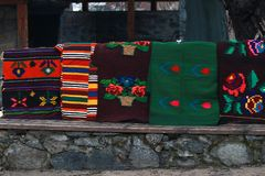 Bunte Wolldecke im Rhodope-Dorf von Shiroka Luka Lizenzfreie Stockbilder