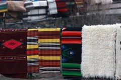 Bunte Wolldecke im Rhodope-Dorf von Shiroka Luka Stockbilder