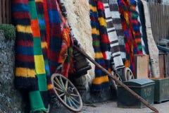 Bunte Wolldecke im Rhodope-Dorf von Shiroka Luka Stockfotos