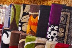 Bunte Wolldecken und Teppiche Stockbild