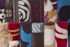 Bunte Wolldecken und Teppiche Lizenzfreie Stockbilder