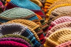 Bunte woolen Schutzkappe für Winter Lizenzfreie Stockfotos