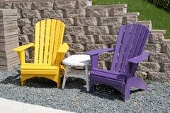 Bunte Yard-Stühle Stockfoto