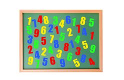 Bunte Zahlen auf Schulbank Stockfotos