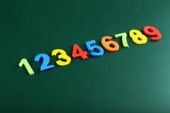 Bunte Zahlen auf Schulbehörde Stockbild