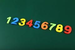 Bunte Zahlen auf Schulbehörde Stockfotografie