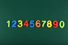 Bunte Zahlen auf Schulbehörde Lizenzfreie Stockbilder