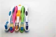 Bunte Zahnbürsten auf weißem Hintergrund mit Kopienraum Makro Stockfotos