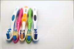 Bunte Zahnbürsten auf weißem Hintergrund mit Kopienraum Makro Stockbild