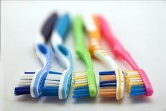 Bunte Zahnbürsten auf weißem Hintergrund mit Kopienraum Makro Lizenzfreie Stockfotografie