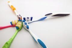 Bunte Zahnbürsten auf weißem Hintergrund mit Kopienraum Makro Stockfotografie
