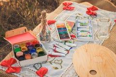 Bunte Zeichenstifte, Acrylfarben und Flasche mit Wünschen Stockfoto