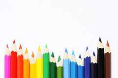 Bunte Zeichenstifte in Folge auf weißem Hintergrund Stockbilder