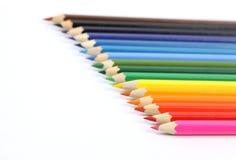 Bunte Zeichenstifte in Folge auf weißen backgroundColorful Zeichenstiften in Folge Lizenzfreie Stockbilder