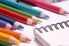 Bunte Zeichenstifte und Bleistifte Lizenzfreie Stockfotografie
