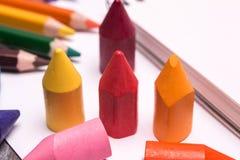 Bunte Zeichenstifte und Bleistifte Stockbild