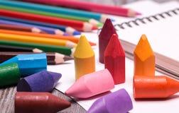 Bunte Zeichenstifte und Bleistifte Stockbilder