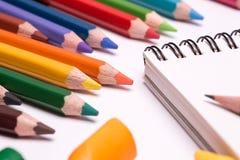 Bunte Zeichenstifte und Bleistifte Stockfoto