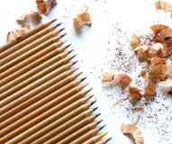 Bunte Zeichenstifte und Bleistiftschnitzel auf weißem Hintergrund Stockfotos