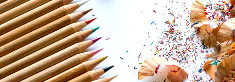Bunte Zeichenstifte und Bleistiftschnitzel auf weißem Hintergrund Lizenzfreie Stockfotos