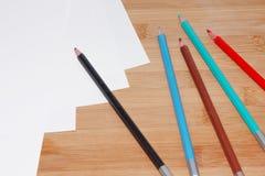Bunte Zeichenstifte und Papier Lizenzfreie Stockbilder