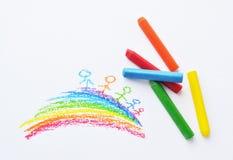 Bunte Zeichenstifte und Zeichnung des Kindes Stockfotografie