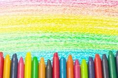 Bunte Zeichenstifte und Zeichnung des Regenbogens. Lizenzfreie Stockfotos
