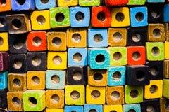 Bunte Ziegelsteine verzieren auf der Wand Lizenzfreie Stockfotos