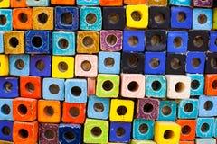 Bunte Ziegelsteine verzieren auf der Wand Stockfoto
