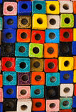 Bunte Ziegelsteine verzieren auf der Wand Lizenzfreie Stockfotografie