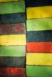 Bunte Ziegelsteine verzieren auf der Wand Stockfotos