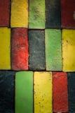 Bunte Ziegelsteine verzieren auf der Wand Lizenzfreies Stockfoto