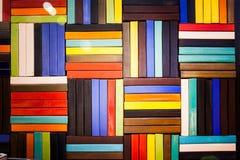 Bunte Ziegelsteine verzieren auf der Wand Lizenzfreie Stockbilder