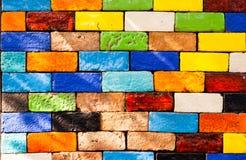 Bunte Ziegelsteine verzieren auf der Wand Stockbild
