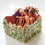 Bunte Zusammensetzung mit Barbie-Puppen Stockbilder