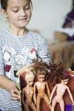 Bunte Zusammensetzung mit Barbie-Puppen und kleinem Mädchen Lizenzfreies Stockfoto