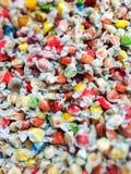 Bunte Zusammenstellung von eingewickelten Süßigkeiten Stockfotografie