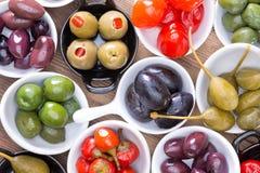 Bunte Zusammenstellung von kurierten Oliven und von Pfeffern Stockbild