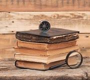 Bunten av antikviteten bokar med förstoringsglaset royaltyfri fotografi