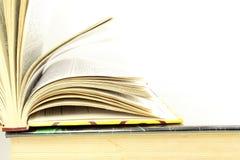 Bunten av böcker isolerade closeupen på vit bakgrund Royaltyfria Foton