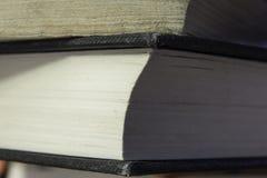 Bunten av böcker stänger sig upp Arkivbilder