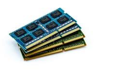 Bunten av DDR RAM klibbar på isolerad bakgrund Arkivfoto