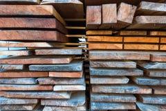 Bunten av det olika formatet klippte wood plankor för byggande constructio Arkivfoto