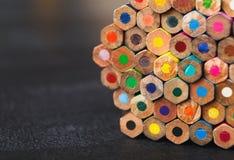 Bunten av färgrika blyertspennor tippar, konstbakgrund Fotografering för Bildbyråer