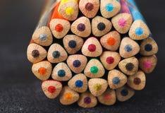 Bunten av färgrika blyertspennor tippar, konstbakgrund Royaltyfria Foton