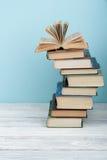 Bunten av färgrikt bokar sax och blyertspennor på bakgrunden av kraft papper tillbaka skola till Boka färgrika böcker för inbundn Royaltyfri Fotografi
