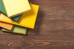 Bunten av färgrikt bokar sax och blyertspennor på bakgrunden av kraft papper tillbaka skola till Kopiera utrymme för text Royaltyfri Foto