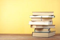 Bunten av färgrikt bokar sax och blyertspennor på bakgrunden av kraft papper tillbaka skola till Kopiera utrymme för text arkivbilder