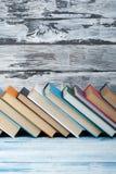Bunten av färgrikt bokar sax och blyertspennor på bakgrunden av kraft papper tillbaka skola till Boka färgrika böcker för inbundn Arkivfoton