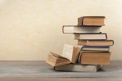 Bunten av färgrikt bokar sax och blyertspennor på bakgrunden av kraft papper tillbaka skola till Boka färgrika böcker för inbundn Arkivfoto